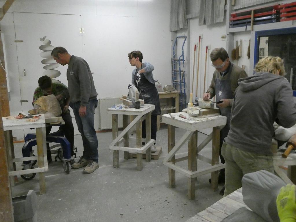 Beeldhouwcursisten aan het werk in Atlier de Steengroeve