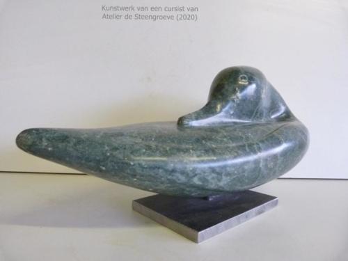 Een beeld van serpentijn op een stalen sokkel