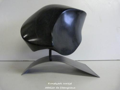 Beeld van Zwart indiaase gala stone op een cortenstalen sokkel
