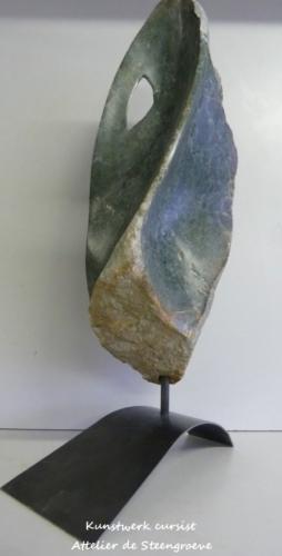 Beeld van Opaal Serpentijn op een cortenstalen sokkel