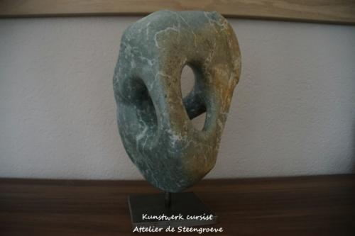 Beeld van Opaal Serpentijn op een stalen sokkel
