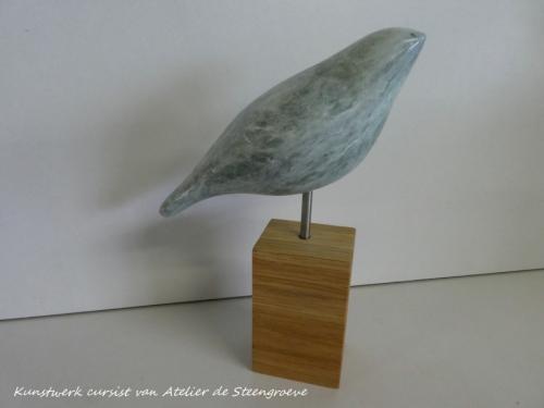 Groen Iraans speksteen op houten sokkel