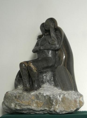 Beeld van zwart Albast gemaakt door Carin Felder. HDansend echtpaar waarvan de man in de rolstoel zit.