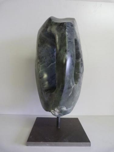 Het beeld is van Chinees speksteen en een sokkel van staal