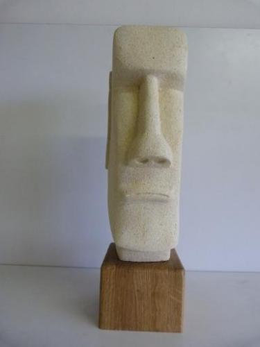 Beeld van Paaseiland - Nieuw Zeelands Kalksteen met houten sokkel