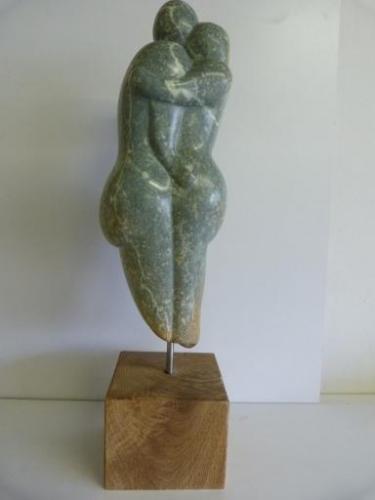 Echtpaar - beeld van Serpentijn met houten sokkel