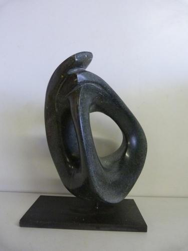 Beeld van Serpentijn op een stalen sokkel ( Black Beauty )