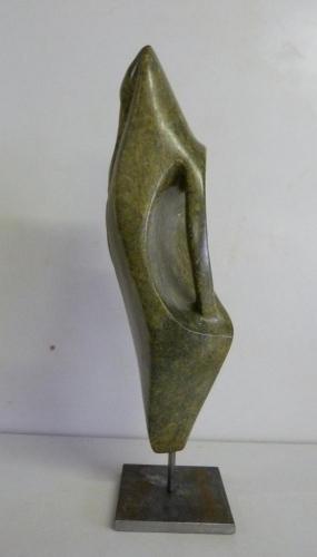 Beeld van serpentijn (ong 14 cm hoog) met een stalen sokkel