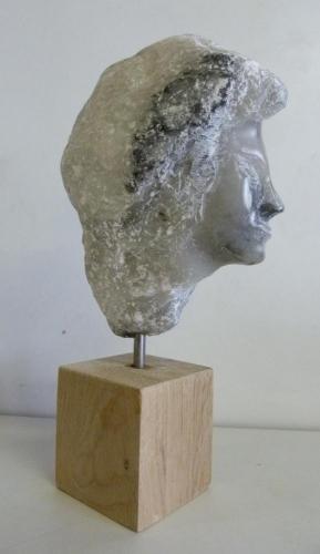 Hoofd van Speksteen (hoogte ca. 12 cm) met een houten sokkel hoogte