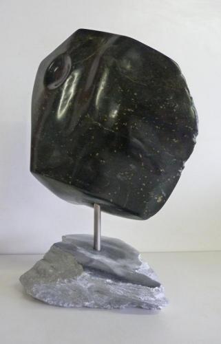 Beeld van zwarte Indiaase speksteen met een sokkel van chineese speksteen