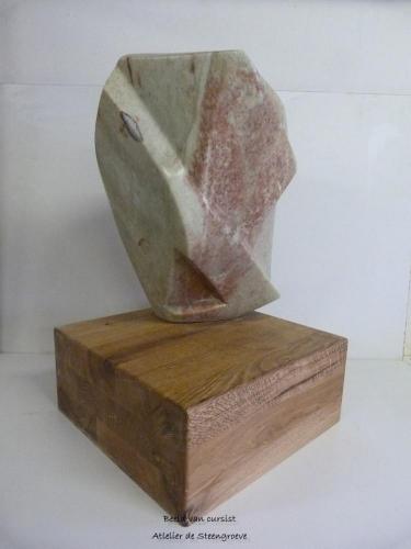 Beeld van Indiase speksteen op een houten sokkel