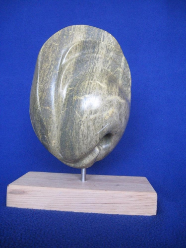 de armlastige: Een beeld van Mexicaans speksteen op een houten sokkel 1