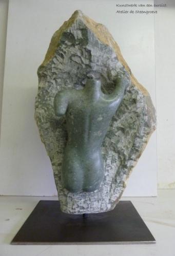 Beeld van Serpentijn op een stalen sokkel
