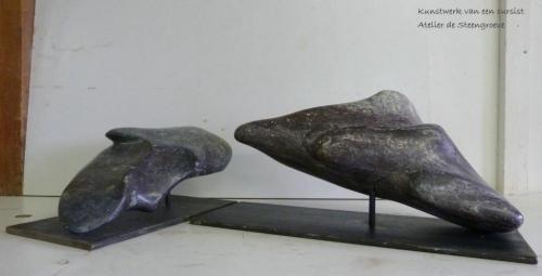Beelden van Serpentijn op een stalen sokkel