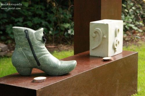 Een beeld van Opaal Serpentijn met schoen accessoires
