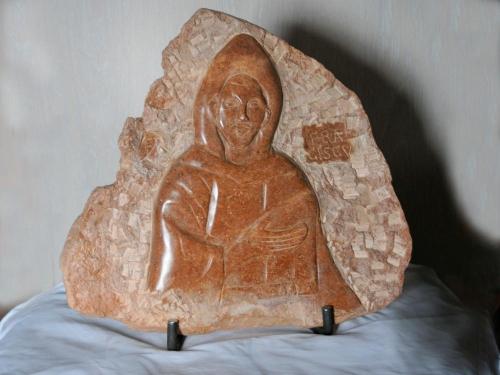 Het beeld van de Heilige Fransicus is gemaakt van Braziliaans speksteen en wordt overeind gehouden door een stalen constructie