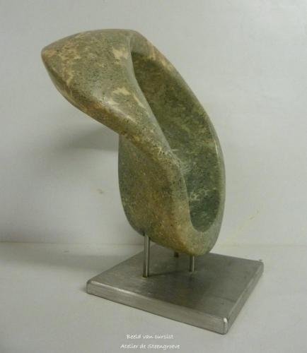 Een beeld van Serpentijn op een RVS sokkel