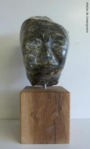 Een beeld van Serpentijn op een houten sokkel