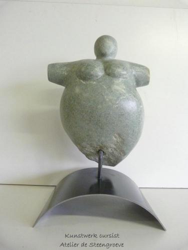 Een beeld van Serpentijn op een corten stalen sokkel