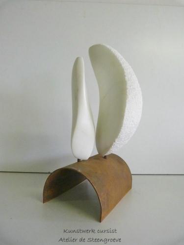 Een beeld van Marmer op een corten stalen sokkel