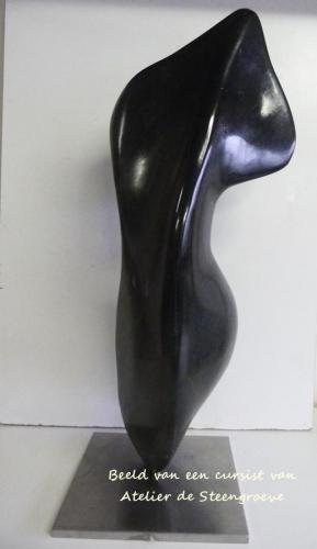 Beeld van zwarte indiaas galastone op een RVS sokkel
