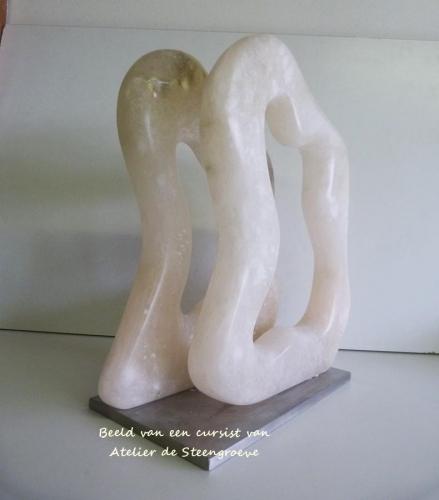 Beeld van Albast op een RVS sokkel