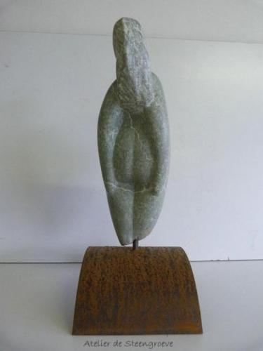 Beeld van Serpentijn op een corten stalen sokkel - trotse moeder