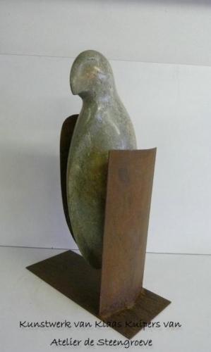 """""""Bird 2"""" Een beeld van Serpentijn gecombineerd met Corton Steel"""