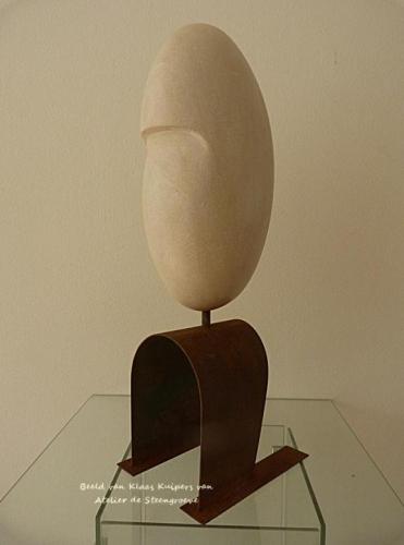 Een beeld van Frans Kalksteen – Pierre du Long - op een corten stalen sokkel