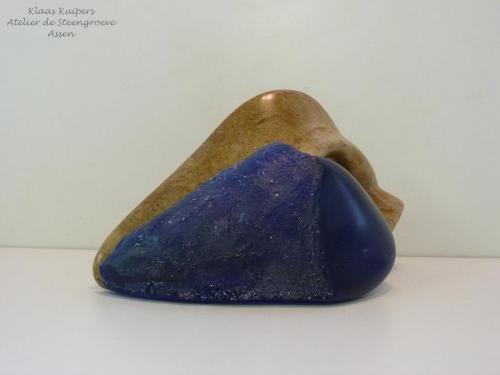 """""""Combinaison des deux"""" Beeld van Braziliaans speksteen gecombineerd met mat blauw glas Binnen beeld. In samenwerking met Gonny FounierGlaskunstenares in De Punt"""