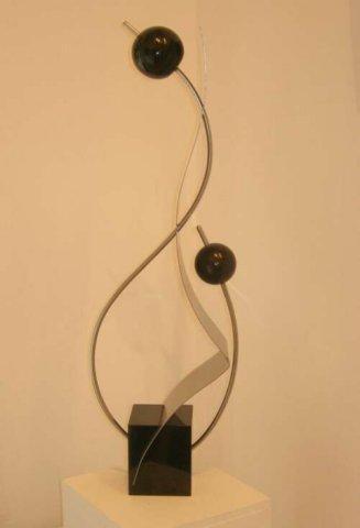 2007 Moeder en Kind, Kunstwerk van R.V.S. met marmeren balletjes op een zwart granieten sokkel