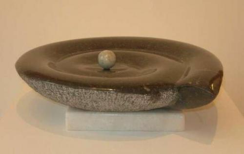2007 Kunstwerk van Belgisch hardsteen met een marmeren balletje op een granieten sokkel