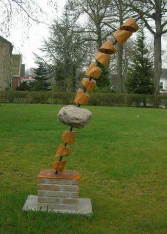 2007 Vergankelijkheid Kunstwerk van Robinia hout met een Drentse veldkei op een gemetselde sokkeldscn0348a 400