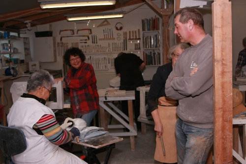 Klaas Kuipers van Atelier de Steengroeve in zijn Atelier met cursisten