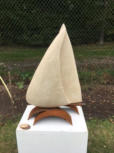 """""""I am Sailing"""". Een beeld van Frans Kalksteen (Savonnire) op een sokkel; van Corten staal"""